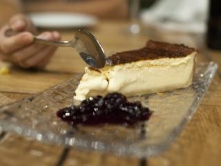Tarta de queso con coulis de frutos rojos, en Restaurante Pópuli Bistró Alicante