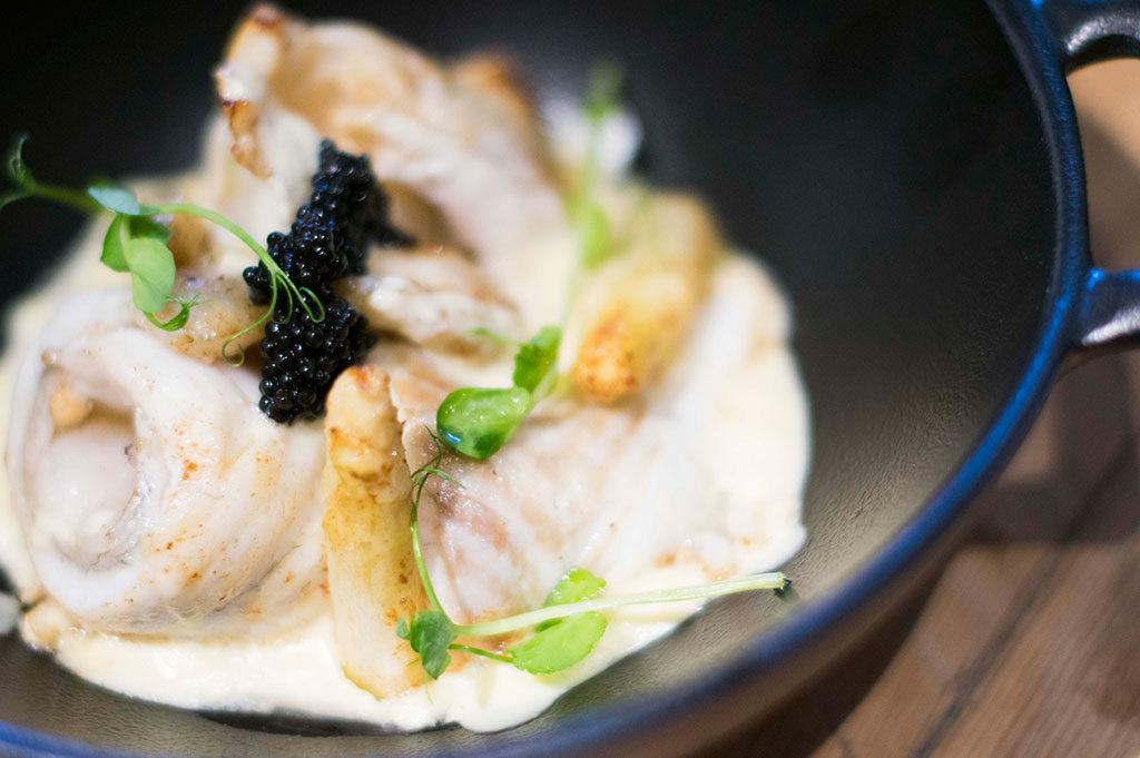 Rodaballo, royale de espárragos blancos y caviar, en Restaurante Pópuli Bistró Alicante