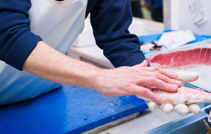 Comprando pescado fresco de bahía en el Mercado Central de Alicante