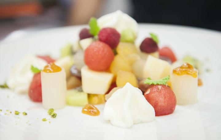 Ensalada de frutas con sorbete de limón, postre del Nou Manolín